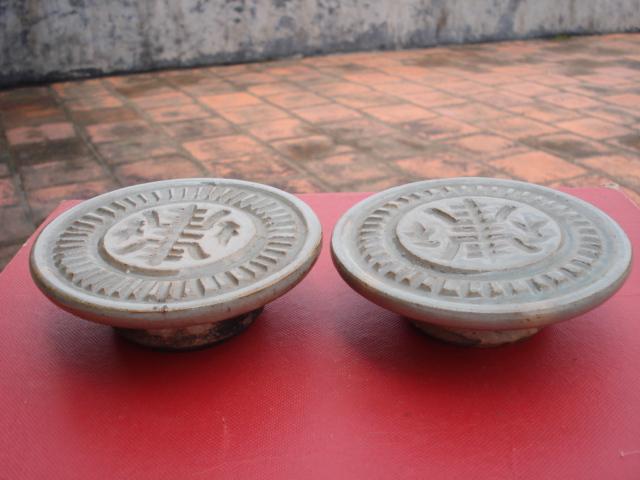 两个完整圆形寿字瓷器