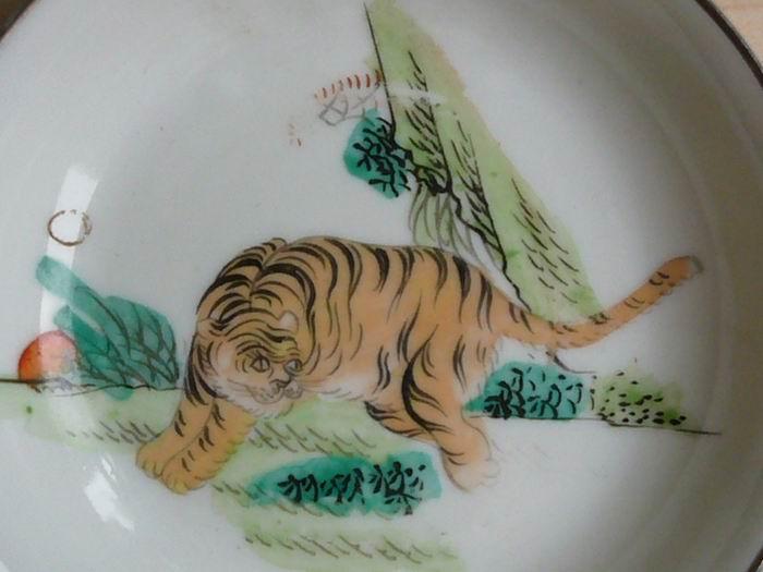 一只画老虎的小盘