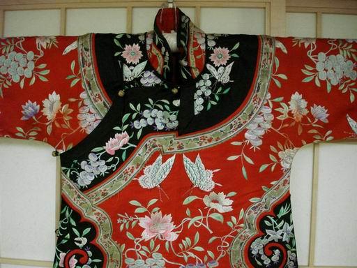 地镶边蝴蝶花卉刺绣衣服