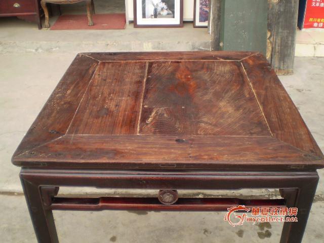 一张不知道什么木头的桌子