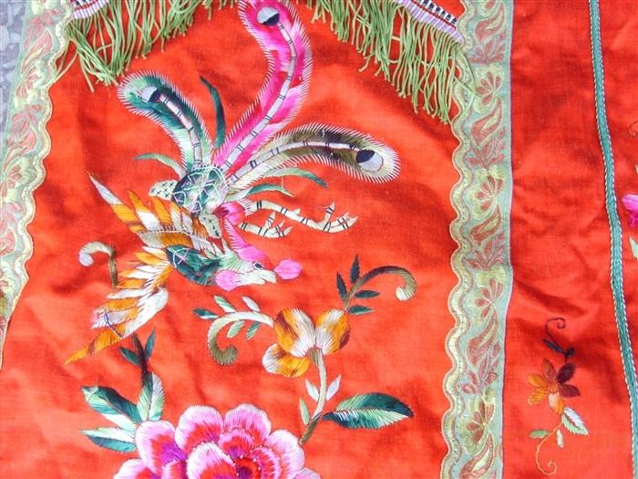 红底凤穿牡丹刺绣裙子图片
