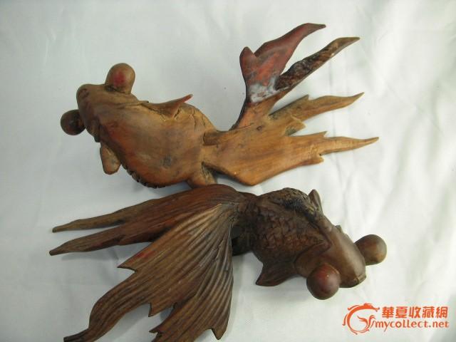 清代精美的香樟木雕金鱼一对