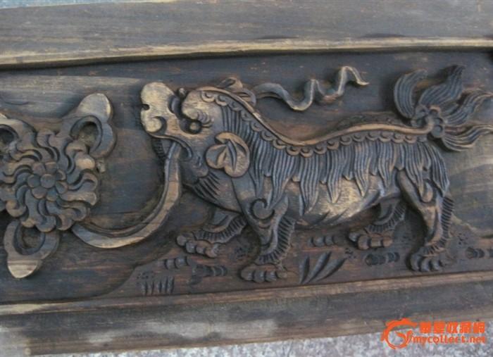 一片雕工精美狮子踩绣球木雕