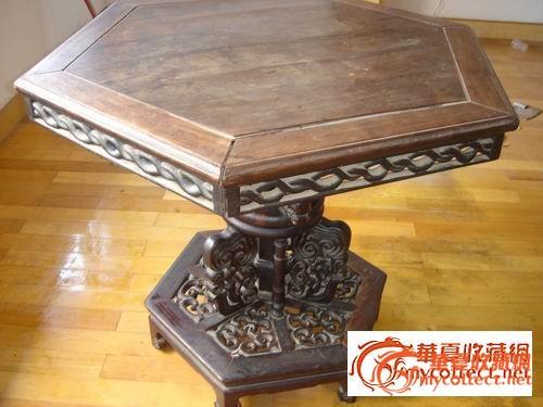 从其桌面下圆柱式独腿看,此桌应有转轴结构,是能旋转的!