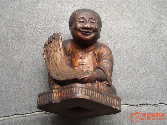 一个可爱的木雕人物