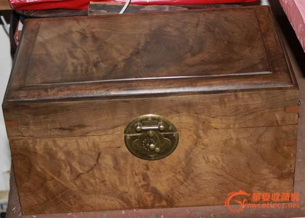 藏族花纹铁箱子
