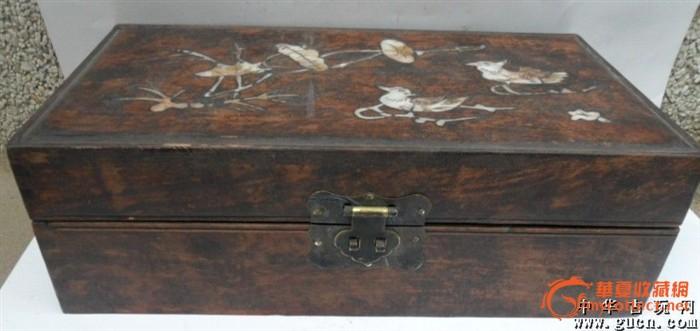 一个草花梨木镶贝壳的盒子