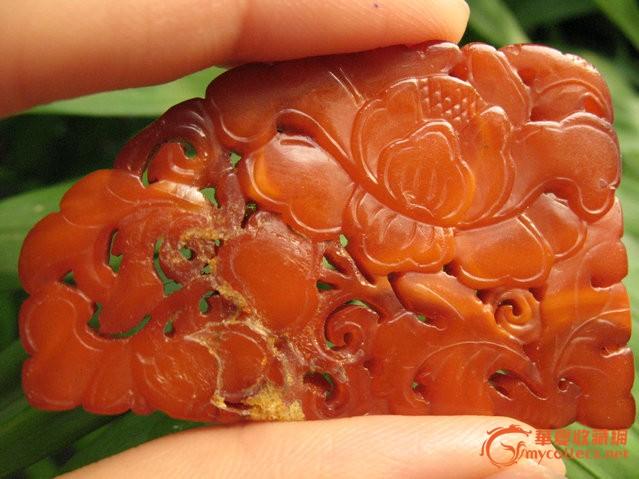雕工细腻的清代老蜜蜡牡丹花片